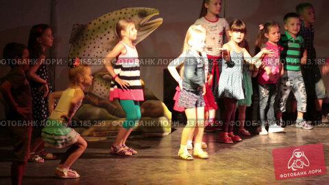 Купить «Дети танцуют на сцене в свете прожекторов», видеоролик № 13185259, снято 23 ноября 2015 г. (c) Кекяляйнен Андрей / Фотобанк Лори