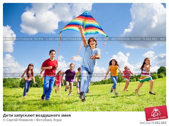 Дети запускают воздушного змея, фото № 5082883, снято 17 августа 2013 г. (c) Сергей Новиков / Фотобанк Лори