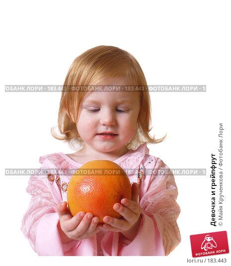 Девочка и грейпфрут, фото № 183443, снято 20 декабря 2007 г. (c) Майя Крученкова / Фотобанк Лори