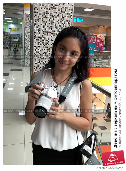 Купить «Девочка с зеркальным фотоаппаратом», фото № 28307243, снято 19 августа 2017 г. (c) Валерий Шилов / Фотобанк Лори