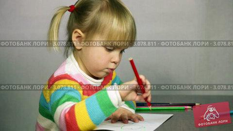 Купить «Девочка увлеченно рисует красным карандашом», видеоролик № 3078811, снято 21 декабря 2011 г. (c) Дмитрий Наумов / Фотобанк Лори