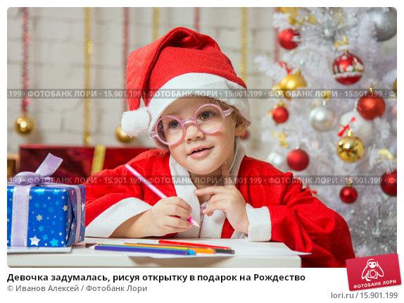 Купить «Девочка задумалась, рисуя открытку в подарок на Рождество», фото № 15901199, снято 12 декабря 2015 г. (c) Иванов Алексей / Фотобанк Лори