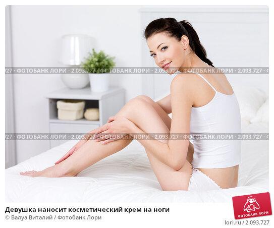 Купить «Девушка наносит косметический крем на ноги», фото № 2093727, снято 22 мая 2010 г. (c) Валуа Виталий / Фотобанк Лори