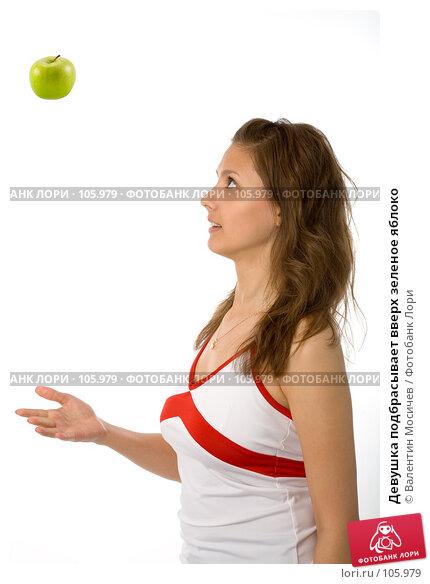 Девушка подбрасывает вверх зеленое яблоко, фото № 105979, снято 26 мая 2007 г. (c) Валентин Мосичев / Фотобанк Лори