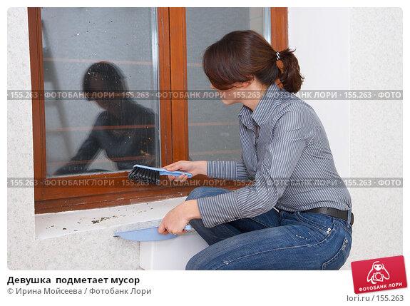 Девушка  подметает мусор, фото № 155263, снято 5 декабря 2007 г. (c) Ирина Мойсеева / Фотобанк Лори