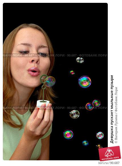 Девушка пускает мыльные пузыри, фото № 90687, снято 18 сентября 2007 г. (c) Валерия Потапова / Фотобанк Лори