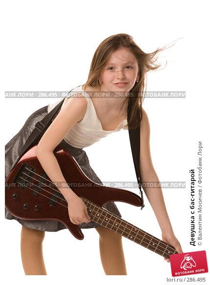 Девушка с бас-гитарой, фото № 286495, снято 2 мая 2008 г. (c) Валентин Мосичев / Фотобанк Лори