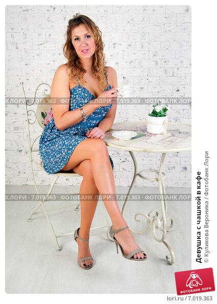 Купить «Девушка с чашкой в кафе», эксклюзивное фото № 7019363, снято 17 декабря 2014 г. (c) Куликова Вероника / Фотобанк Лори