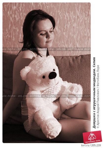Девушка с игрушечным медведем. Сепия, фото № 205239, снято 9 февраля 2008 г. (c) Арестов Андрей Павлович / Фотобанк Лори