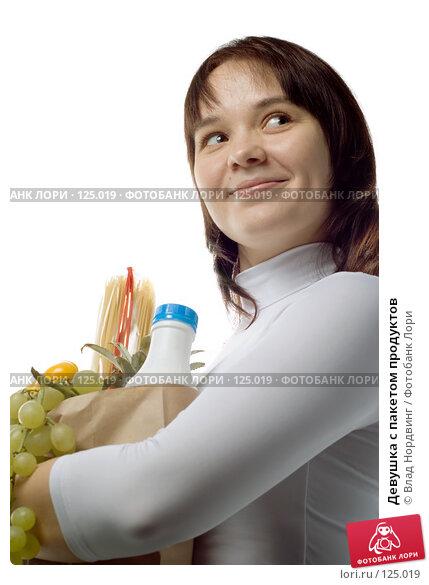 Девушка с пакетом продуктов, фото № 125019, снято 18 ноября 2007 г. (c) Влад Нордвинг / Фотобанк Лори