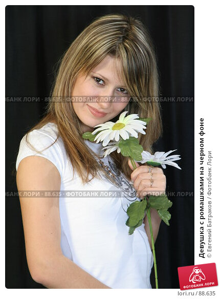 Девушка с ромашками на черном фоне, фото № 88635, снято 16 сентября 2007 г. (c) Евгений Батраков / Фотобанк Лори