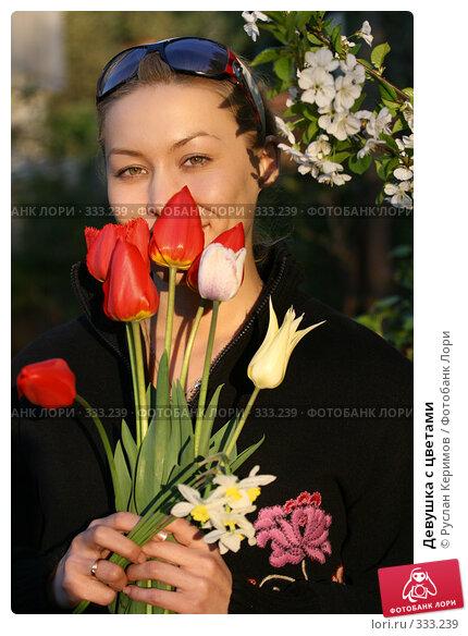 Девушка с цветами, фото № 333239, снято 20 января 2017 г. (c) Руслан Керимов / Фотобанк Лори