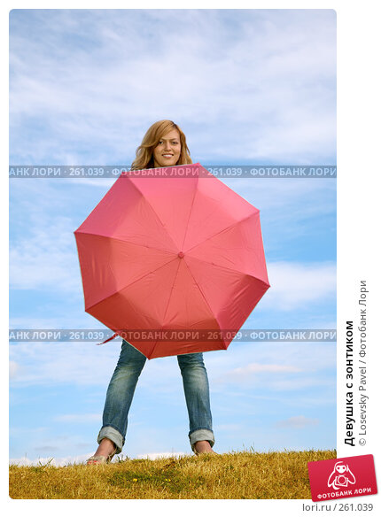 Купить «Девушка с зонтиком», фото № 261039, снято 17 марта 2018 г. (c) Losevsky Pavel / Фотобанк Лори