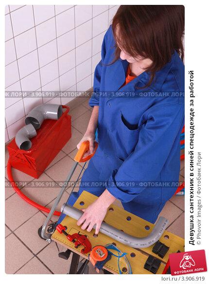 Девушка сантехник в синей спецодежде за работой, фото № 3906919, снято 18 ноября 2010 г. (c) Phovoir Images / Фотобанк Лори