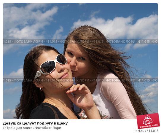 Девушка целует подругу видео фото 692-467
