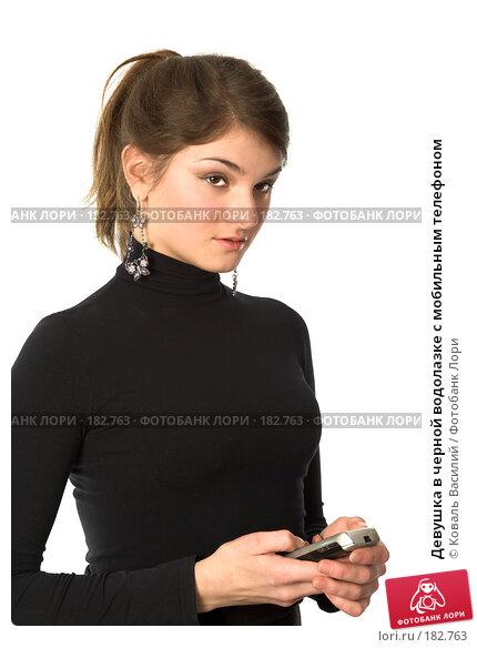 Девушка в черной водолазке с мобильным телефоном, фото № 182763, снято 2 ноября 2006 г. (c) Коваль Василий / Фотобанк Лори