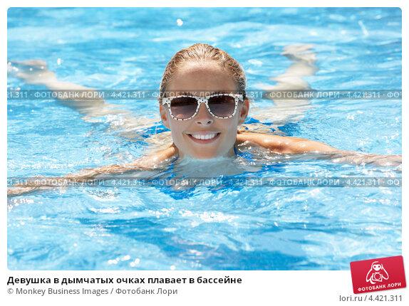 девушка в бассейне плавает фото