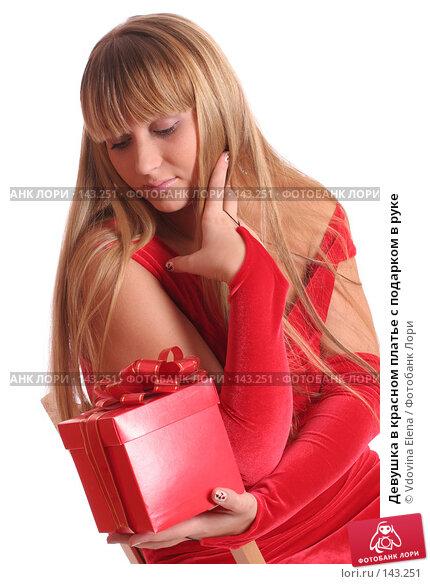 Девушка в красном платье с подарком в руке, фото № 143251, снято 15 ноября 2007 г. (c) Vdovina Elena / Фотобанк Лори
