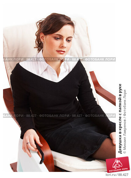 Девушка в кресле с папкой в руке, фото № 88427, снято 1 апреля 2007 г. (c) Михаил Лавренов / Фотобанк Лори