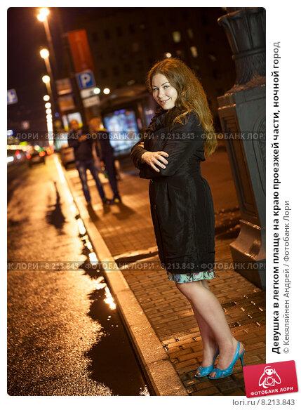 Девушка в плаще на машине 7 фотография