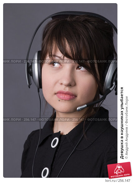 Девушка в наушниках улыбается, фото № 256147, снято 2 мая 2007 г. (c) Андрей Андреев / Фотобанк Лори