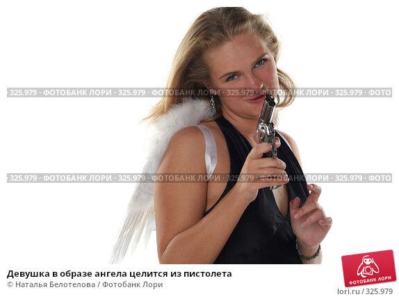 Девушка в образе ангела целится из пистолета, фото № 325979, снято 1 июня 2008 г. (c) Наталья Белотелова / Фотобанк Лори