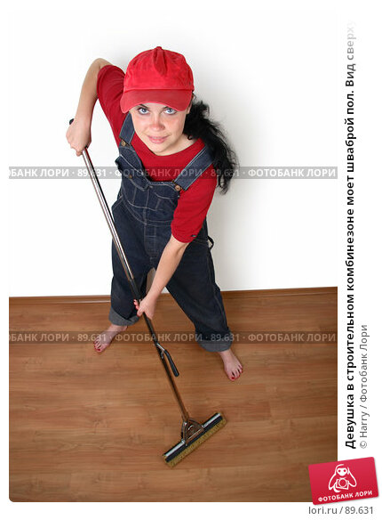 Девушка в строительном комбинезоне моет шваброй пол. Вид сверху, фото № 89631, снято 21 июня 2007 г. (c) Harry / Фотобанк Лори
