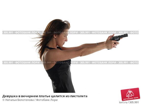 Девушка в вечернем платье целится из пистолета, фото № 305991, снято 31 мая 2008 г. (c) Наталья Белотелова / Фотобанк Лори