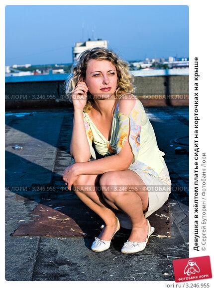 Блондинка на корточках в чёрном платье фото 260-971