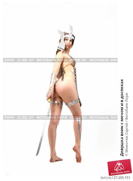 Купить «Девушка воин с мечом и в доспехах», фото № 27205151, снято 11 ноября 2017 г. (c) Момотюк Сергей / Фотобанк Лори