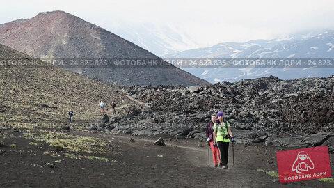 Купить «Девушки-путешественницы спускаются с вулкана по туристической тропе», видеоролик № 24823835, снято 24 июня 2016 г. (c) А. А. Пирагис / Фотобанк Лори