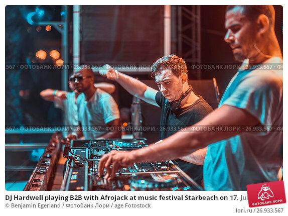 Купить «DJ Hardwell playing B2B with Afrojack at music festival Starbeach on 17. July 2017 in Hersonissos, Crete, Greece - they played spontaneously B2B because...», фото № 26933567, снято 17 июля 2017 г. (c) age Fotostock / Фотобанк Лори