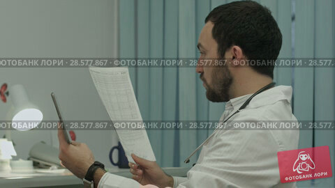 Купить «Doctor communicate by video conferention on tablet pc, discuss documents», видеоролик № 28577867, снято 24 ноября 2015 г. (c) Vasily Alexandrovich Gronskiy / Фотобанк Лори
