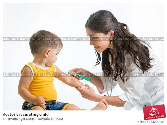Купить «doctor vaccinating child», фото № 23666183, снято 3 сентября 2014 г. (c) Оксана Кузьмина / Фотобанк Лори