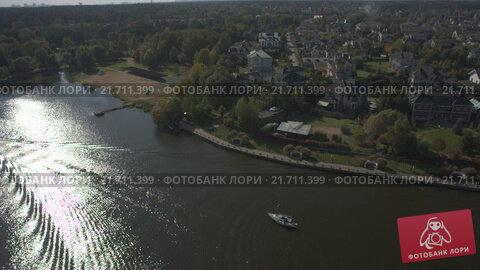 Купить «Дом в коттеджном поселке на берегу озера», видеоролик № 21711399, снято 25 марта 2019 г. (c) kinocopter / Фотобанк Лори