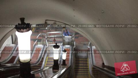 Купить «Down the escalator in the subway past the lamps. Dim lights.», видеоролик № 29082663, снято 19 сентября 2018 г. (c) Константин Шишкин / Фотобанк Лори