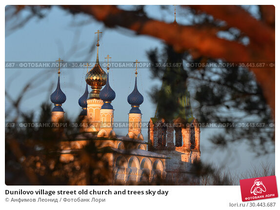 Dunilovo village street old church and trees sky day. Стоковое фото, фотограф Анфимов Леонид / Фотобанк Лори