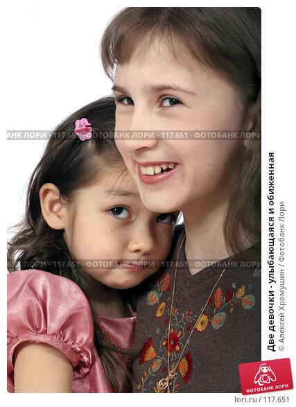 Две девочки - улыбающаяся и обиженная, фото № 117651, снято 22 марта 2007 г. (c) Алексей Хромушин / Фотобанк Лори