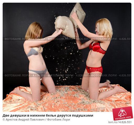 Две блондинки дерутся в кровати