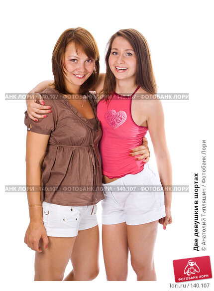 Две девушки в шортах, фото № 140107, снято 24 июля 2007 г. (c) Анатолий Типляшин / Фотобанк Лори