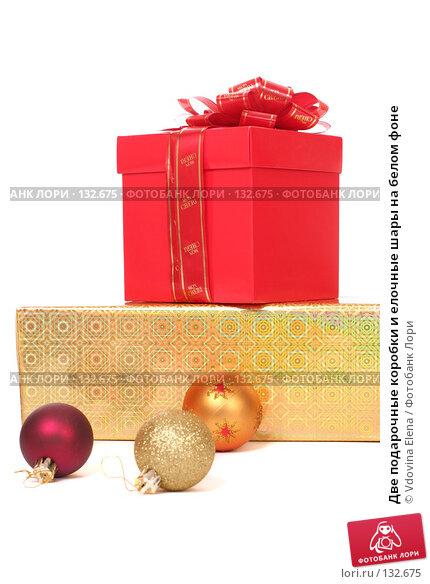 Две подарочные коробки и елочные шары на белом фоне, фото № 132675, снято 15 ноября 2007 г. (c) Vdovina Elena / Фотобанк Лори
