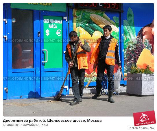 Купить «Дворники за работой. Щелковское шоссе. Москва», эксклюзивное фото № 6889767, снято 21 августа 2012 г. (c) lana1501 / Фотобанк Лори