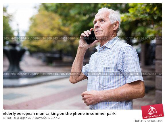 elderly european man talking on the phone in summer park. Стоковое фото, фотограф Татьяна Яцевич / Фотобанк Лори