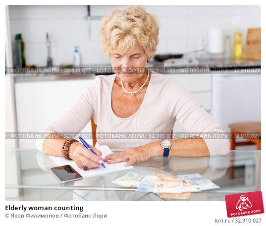Elderly woman counting. Стоковое фото, фотограф Яков Филимонов / Фотобанк Лори