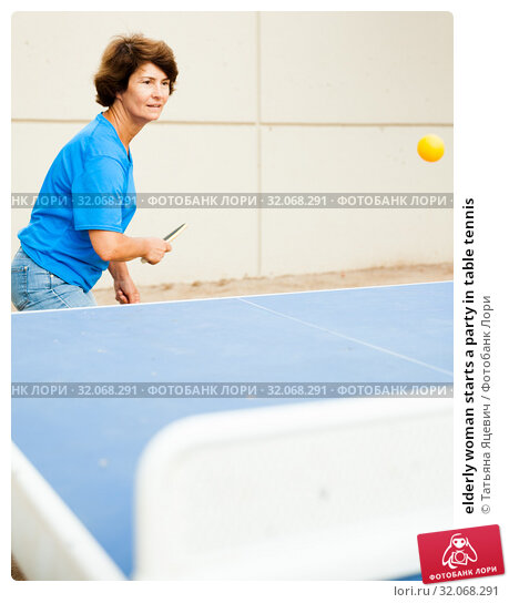 elderly woman starts a party in table tennis. Стоковое фото, фотограф Татьяна Яцевич / Фотобанк Лори