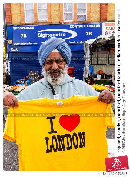England, London, Deptford, Deptford Market, Indian Market Trader Holding I Love London T-Shirt. Стоковое фото, фотограф PRISMA / age Fotostock / Фотобанк Лори