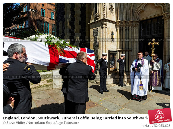 England, London, Southwark, Funeral Coffin Being Carried into Southwark Cathedral. Стоковое фото, фотограф Steve Vidler / age Fotostock / Фотобанк Лори