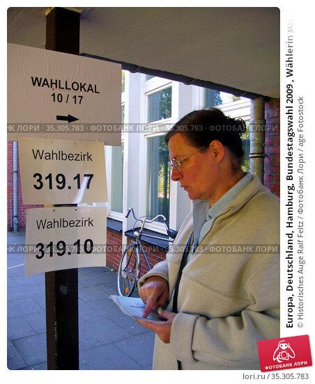 Europa, Deutschland, Hamburg, Bundestagswahl 2009 , Wählerin sucht... Редакционное фото, фотограф Historisches Auge Ralf Feltz / age Fotostock / Фотобанк Лори