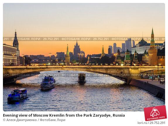 Купить «Evening view of Moscow Kremlin from the Park Zaryadye, Russia», фото № 29752291, снято 23 сентября 2017 г. (c) Алеся Дмитриенко / Фотобанк Лори