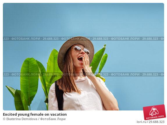 Купить «Excited young female on vacation», фото № 29688323, снято 12 декабря 2018 г. (c) Ekaterina Demidova / Фотобанк Лори